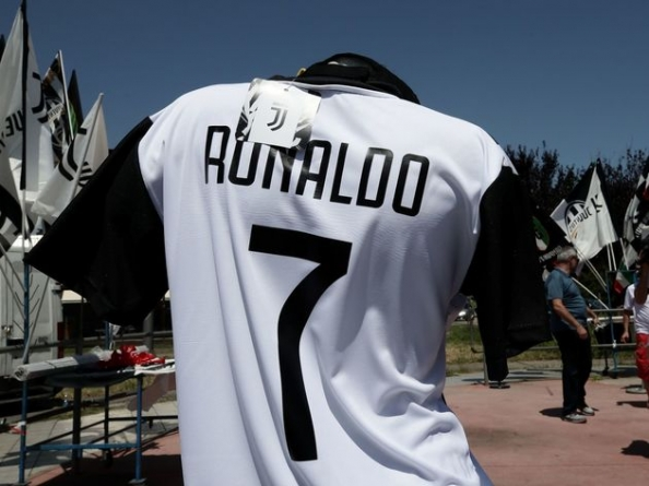 RONALDO SIGNS DOTTED LINES WITH OLD LADY